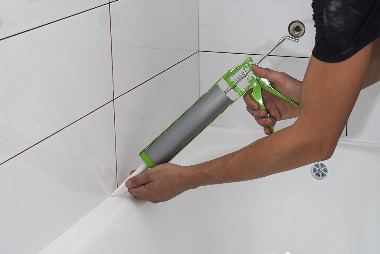 Затирка стыка герметиком, чугунная вання, плитка